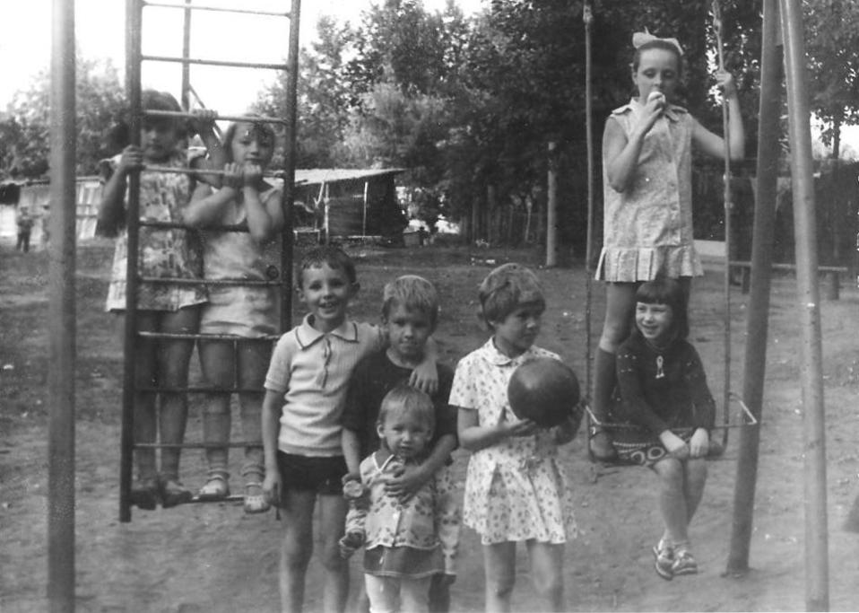 Детская площадка у дома ул. Щербакова, 26 а. 1976 год. Фото предоставлено автором воспоминаний.