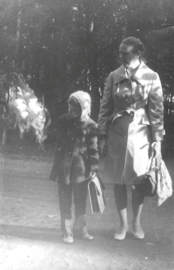 1 сентября 1976 года. Первый раз в первый класс. Я с мамой. Фото предоставлено автором воспоминаний.