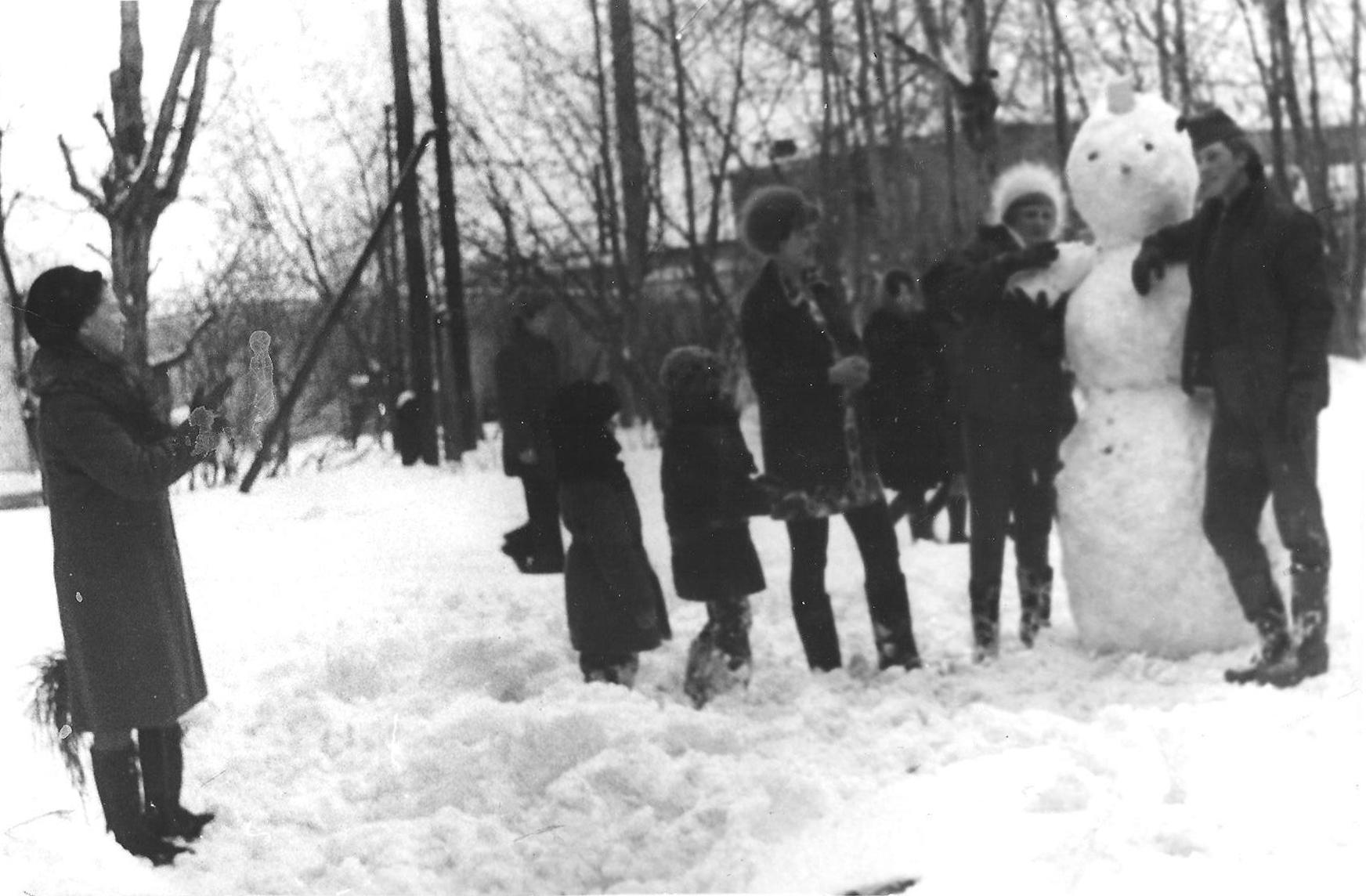 Во дворе дома ул. Щербакова, 26. Фото предоставлено автором воспоминаний.