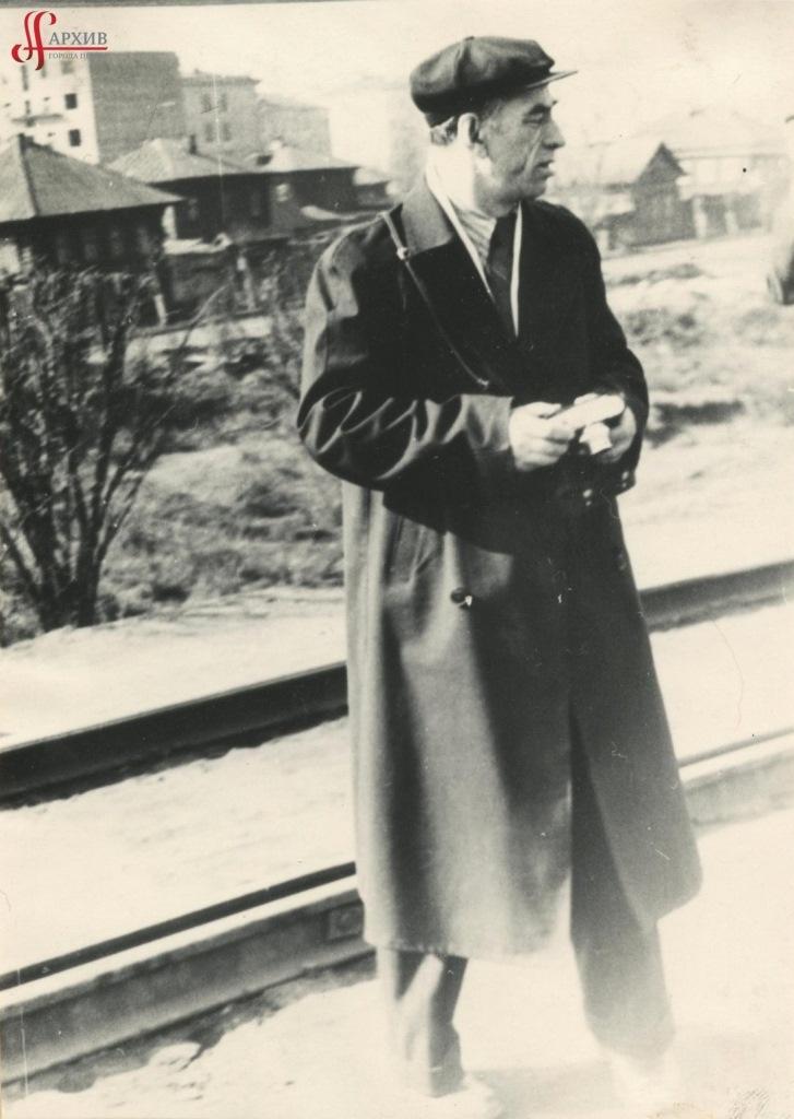 Валерий Владимирович Реймерс с фотоаппаратом на ул. Коммунистической между ул. Толмачёва и Хохрякова. 1965.