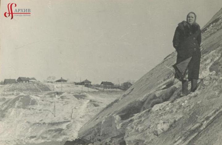 Елена Даниловна Реймерс (жена В.В. Реймерса) на склоне Северной дамбы. Идёт строительство (1-ая насыпь). 18-25 марта 1956.