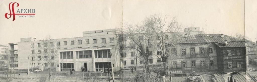 Главный корпус Медсанчасти № 5 завода им. Ф.Э. Дзержинского по ул. Большевистской, 224. 8 мая 1974.