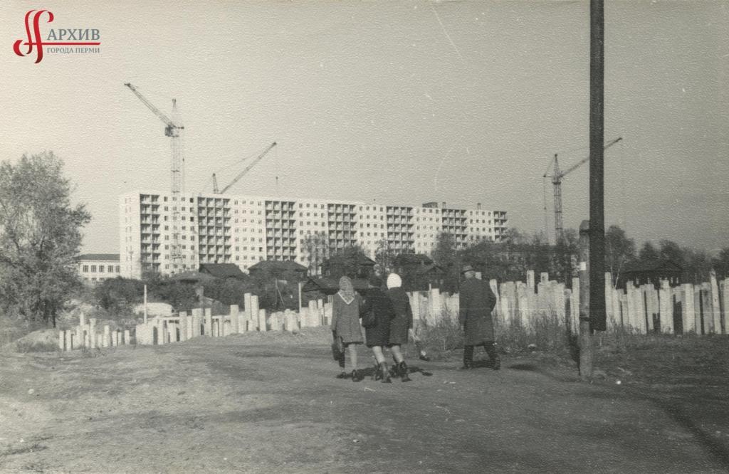 Площадка под строительство здания академического театра драмы. 9-11 мая 1970.