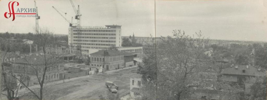 Строительство (1-й этаж и сваи) здания треста Оргтехстой на ул. Ленина, 64. Август 1969.