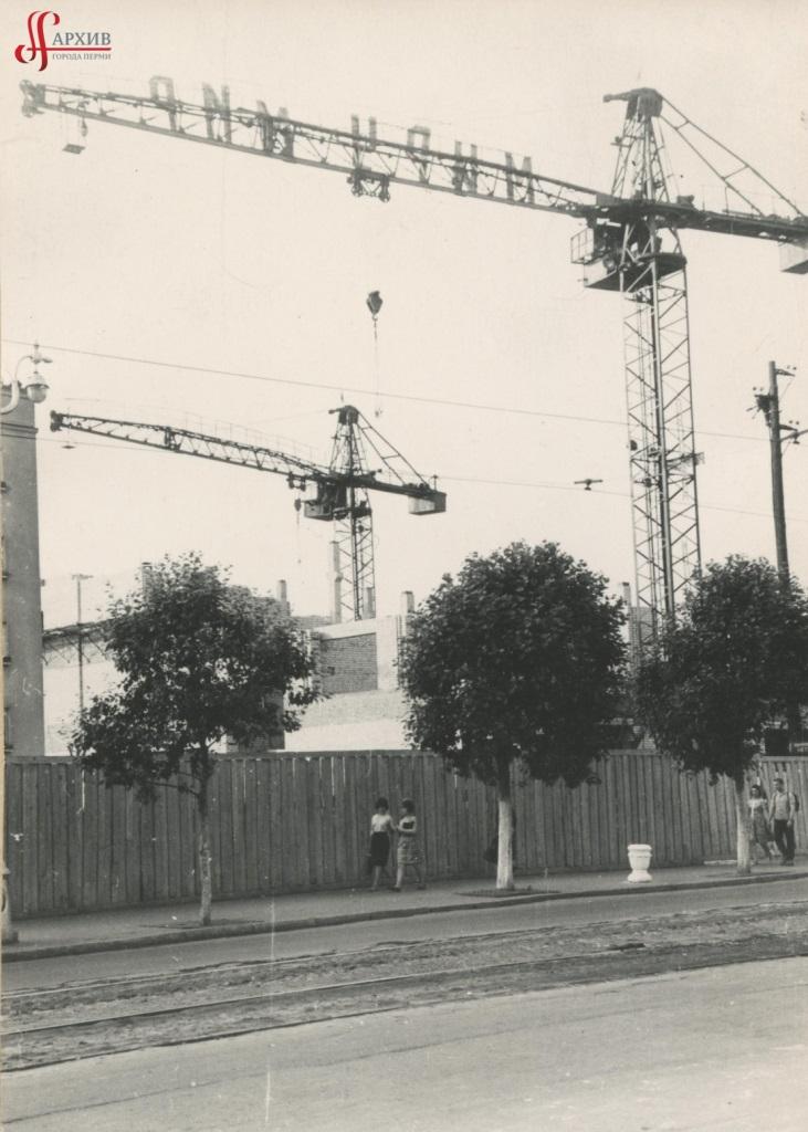 Строительство здания Центрального универмага. 22 июня 1963.