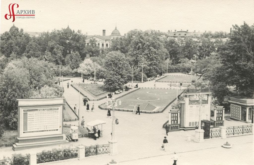 Комсомольский сквер перед театром оперы и балета. 1961-1962.
