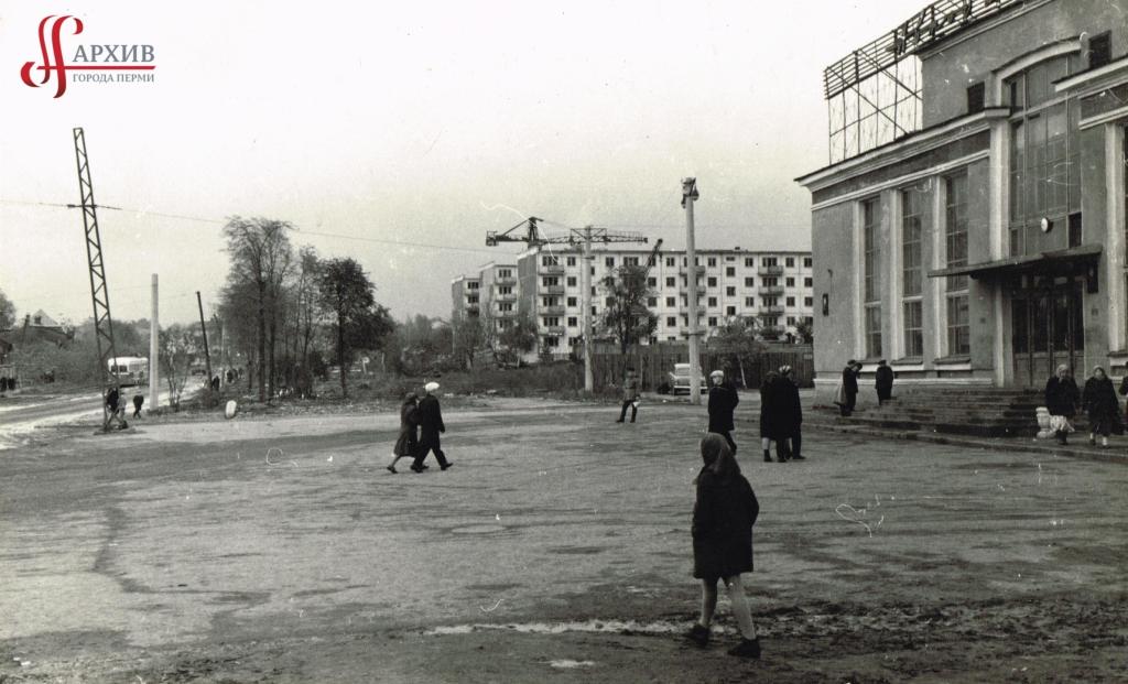 Ул. Революции. На переднем плане здание автовокзала под № 68. На заднем плане строятся 5-этажные дома. 3 октября 1965.