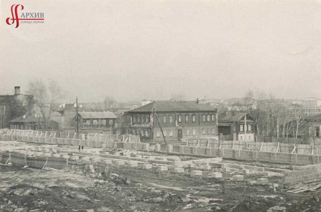 Строительство новой трибуны на стадионе «Энергия» по ул. Советская, 100. 18 апреля 1969.
