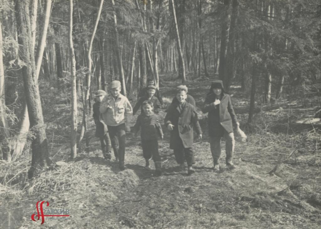 Ребята бегут по аллеям Балатовского парка. 9 апреля 1967.
