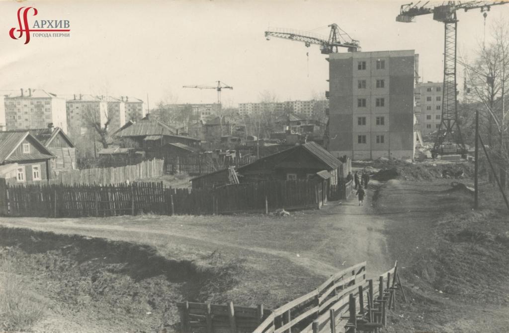 Строительство первых 5-этажных домов по ул. Плеханова. Мостик через р. Данилиху. 21 мая 1968.