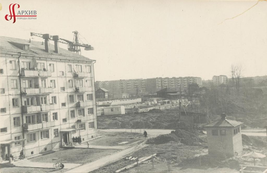 Строительство школы № 25 по ул. Межевой. 2 мая 1968.