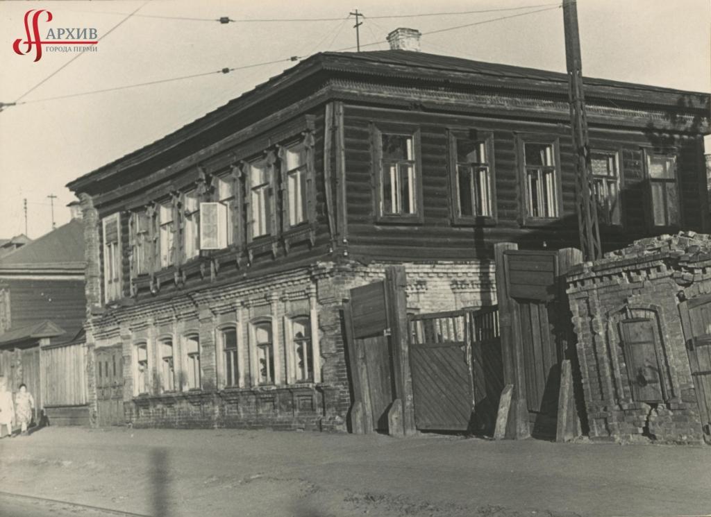 Один из домов, где жил Валерий Владимирович Реймерс по ул. Кирова, 1б. 26 октября 1963.