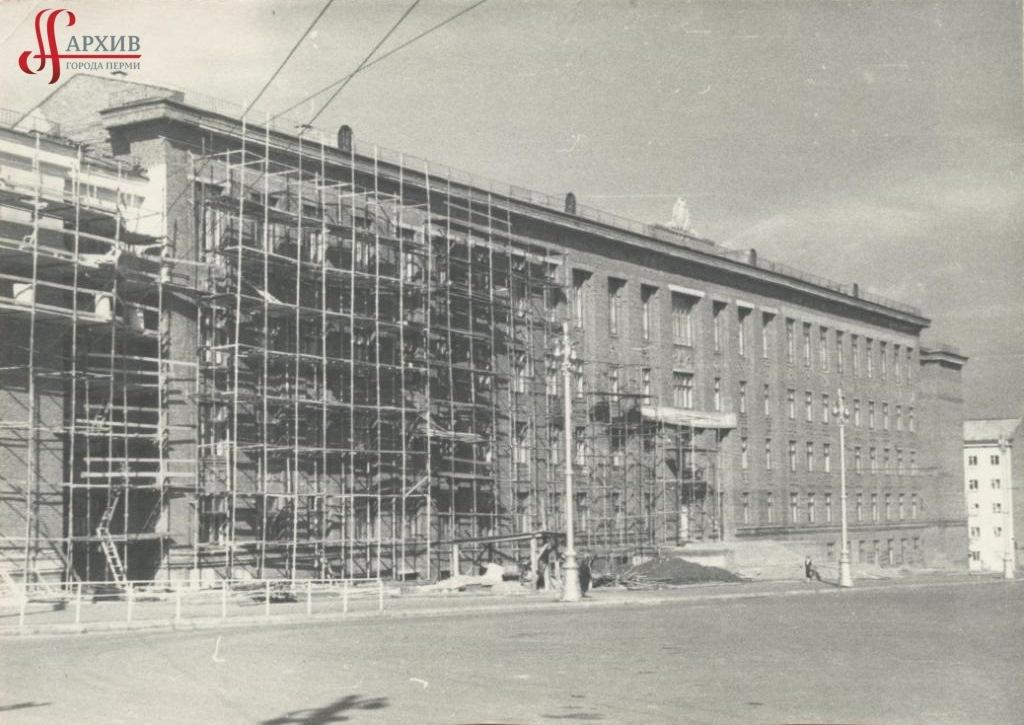 Строительство нового учебного корпуса Горного института на углу Комсомольского пр., 29 и ул. Большевистской. [1960-е].