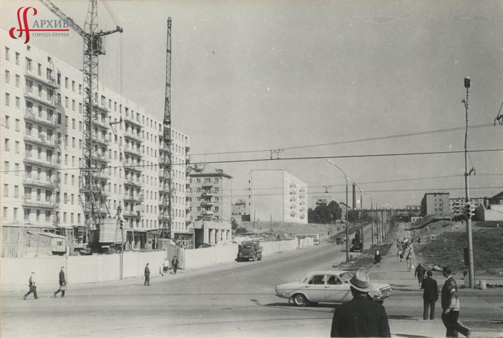 Строительство 9-этажного дома на углу ул. Крисанова, 19 и Ленина, 55. 10 июня 1974.