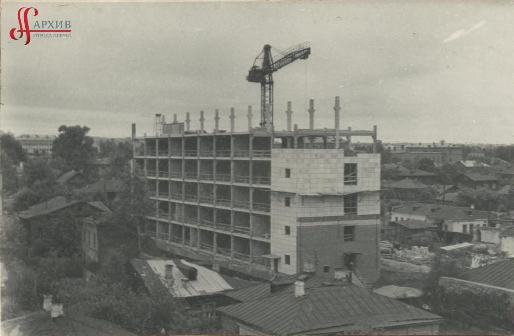 Строительство здания Дома Быта «Алмаз» по ул. Куйбышева, 37. Август 1969.