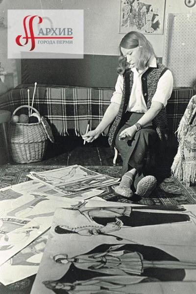 Е.П. Оборина, руководитель творческой группы, модельер Пермского дома моделей одежды, во время работы с эскизами коллекции по коми-пермяцким мотивам.