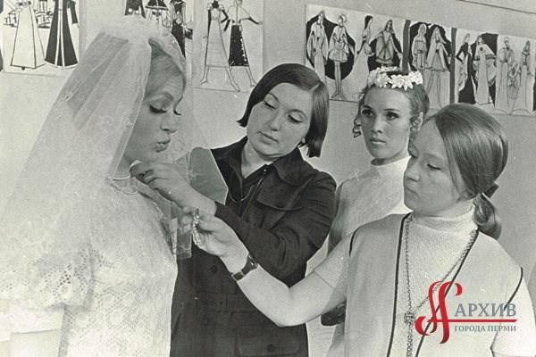 Сотрудницы Пермского дома моделей одежды во время работы: Г. Кириллова (1-я слева в платье невесты), Л. Липина (2-я слева), модельер Е.П. Оборина (2-я справа) искусствовед Т.Н. Климова (1-я справа)