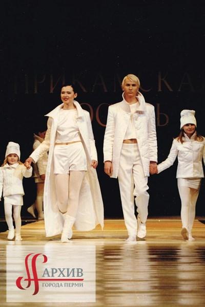 Модель агентства «The Best» Алексей Ворон с моделями агентства «The Best» во время выступления на фестивале «Прикамская осень 97».