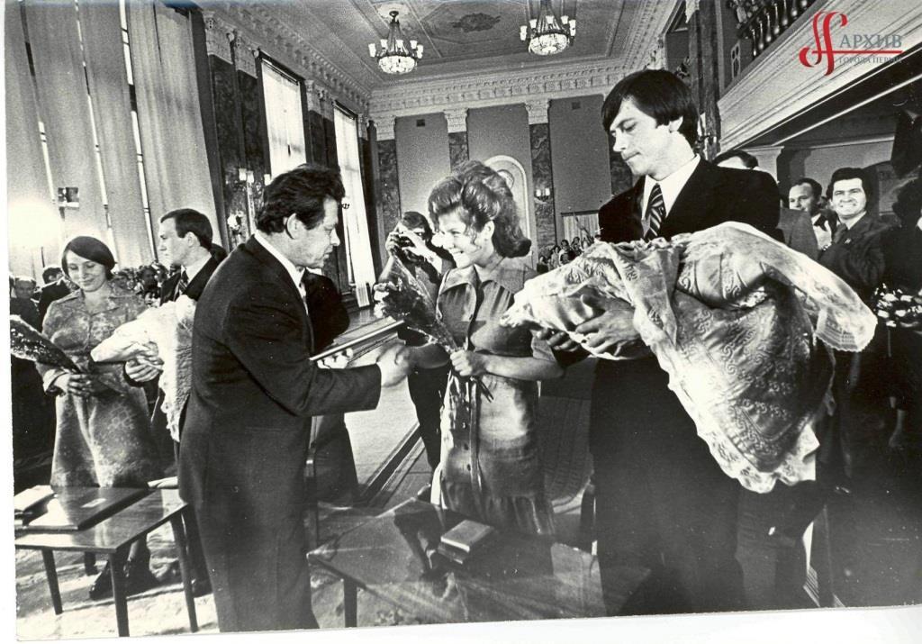 Ф.1062.Оп.1.Д.48. Калинкин Г.С. (третий слева) поздравляет родителей новорожденного миллионного жителя города Перми