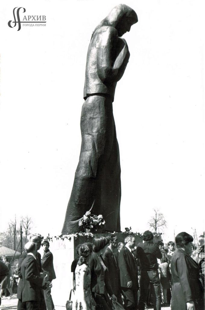 Открытие памятника Скорбящей матери. 09.05.1975. АГП. Ф.1410. Оп.2. Д.2469. Л.1.