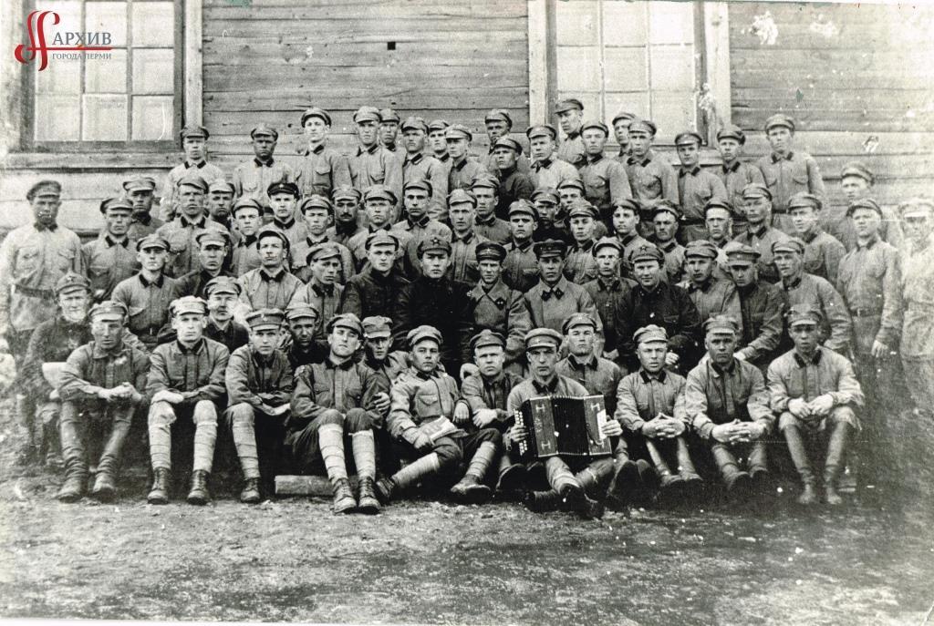 Призывники из Дзержинского района перед отправкой на фронт. 1941 г.АГП.Ф.1020.Оп.11.Д.63.Л.2.