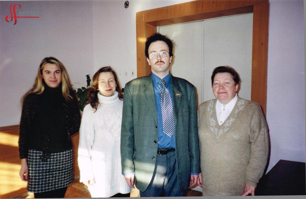 Н.С. Бочкарева (2-я слева) в группе участников научной конференции в г. Екатеринбурге. 2007. АГП. Ф. 1411. Оп. 2. Д. 5. Л. 1.