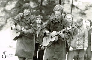 Члены Клуба юных коммунаров во время выступления на маевке. 1978 г. АГП. Ф.1425. Оп.2. Д.72. Л.3.